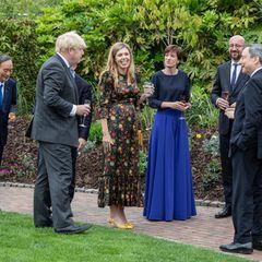 """Ob Angela Merkel oder gleich die Queen: Carrie Johnson bewegt sich beim G7-Empfang im """"The Eden Project""""-Garten im sommerlich floralen Look so, als hätte sie nie etwas anderes getan."""