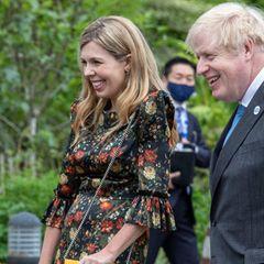 Gute Laune verbreitet die dritte Ehefrau des britischen Premiers Johnson nicht nur mit ihrer offenen Art, sondern auch mit ihren auffälligen Accessoires wie der senfgelben Handtaschen von Gucci und den farblich passenden Sling Heels von Prada.