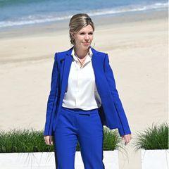 Blue Business: Im royalblauen Anzug mit Schlag und Seitenstreifen von Amanda Wakeley zieht Carrie Johnson bei einem derFotoshootings anlässlich des G7-Gipfel in Carbis Bay in Cornwall wieder alle Blicke auf sich. Wie das Hochzeitskleid der neuen First LadyGroßbritanniens ist übrigens auch dieser Power-Look nur gemietet.