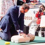 Prinz Haakon frischt bei dem Besuch der Seenotrettung seine Erste-Hilfe-Kenntnisse auf und übt fleißig mithilfe eines Dummys lebensrettende Maßnahmen. Die neugierigen Zuschauer ließen den Prinzen dabei nicht aus der Ruhe bringen.