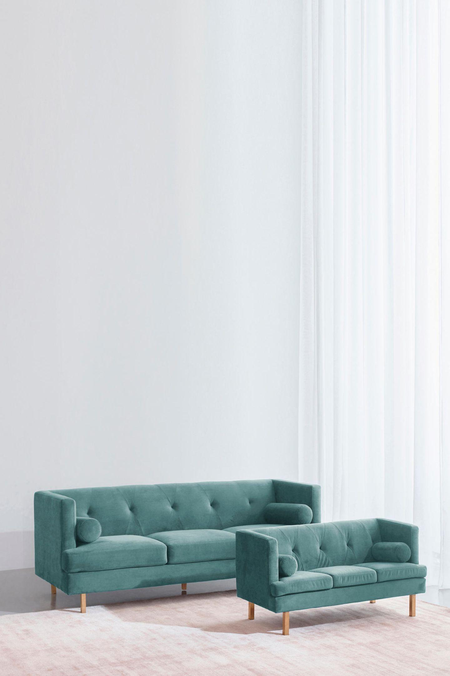 Interior-Partnerlook für Groß und Klein Nicht nur im Fashion-Bereich eifern Kids ihren Eltern nach. Diese außergewöhnlichen Interior Pieces greifen den Partnerlook-Trend für die eigenen vier Wände auf. OAKDALE 3-Sitzer-Sofa, von Jotex ca.1.000Euro; MINI Kindersofa ca. 350Euro.