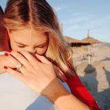 """Viviane Geppert ist verlobt! Diese freudige Nachricht postet die """"taff""""-Moderatorin bei Instagram. Hoch emotional umarmt sie ihren Verlobten und streckt stolz den großen Klunker an ihrem Finger in die Kamera. Ein großer Diamant in der Mitte und kleinere in länglicher Form danebenmachen den Verlobungsring zu einem Hingucker."""