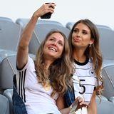 Auf der Tribüne der Allianz Arena nimmt auch Cathy Hummels platz. Sie unterstützt ihren Mann Mats Hummels aus nächsterNähe bei seinem EM-Spiel gegen Frankreich. Ein besonderer Tag, denn der 15. Juni ist auch der Hochzeitstag des Paares.