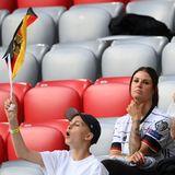 Lina Meyer hat ebenfalls auf der Tribüne der Allianz Arena platzgenommen und unterstützt Joshua Kimmichbeim EM-Spiel gegen Frankreich.