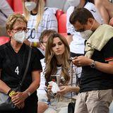 Auch Verteidiger Matthias Ginter kann sich über familiären Support im Stadion freuen: Seine Ehefrau Christina Ginter feuert ihn im Trikot mit der Nummer 4 an.