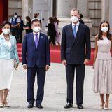 Für das Gruppenporträt mit dem südkoreanischen Präsidentenpaar sitzt dann zum Glück alles. So posieren König Felipe und Königin Letizia mit Moon Jae-in und Kim Jung-Sook für den Empfang und militärische Ehrungen am Königspalast in Spanien.