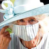 Besonderer Hingucker ist die Gesichtsmaske, die aus dem gleichen Stoff gemacht ist, wie ihr Kleid. Ton in Ton sah nie eleganter aus!