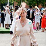 Sophie von Wessex trägt ein elegantes Seidenkleid für 970 Euro , das an der Taille mit einem Gürtel geformt wird. Die Trompetenärmel und der V-Ausschnitt geben dem schlichten Dress das gewisse Etwas. Auch sie kombiniert dazu eine farblich perfekt passende Kopfbedeckung von Jane Taylor.