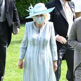 Es ist der erste Tag des Pferderennens in Ascot. Unter den Gästen sind – wie jedes Jahr – auch die britischen Royals. Herzogin Camilla zeigt sich in einem hellblauen Mantelkleid von Bruce Coldfield Couture. Dazu trägt sie einen farblich passenden Hut von Philip Treacy. Die hellen Perlenketten runden den Look ab.