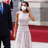 Königin Letizia zeigt sich bei der Begrüßung des Staatsbesuches aus Korea in einem edlen Look in zartem Rosa. Für den ersten Auftritt des Tages entscheidet sie sich für ein Kleid mit Spitzenrock von Varela, das sie mit Pumps von Steve Madden und Ohrringen von Joyeria Yanes kombiniert.