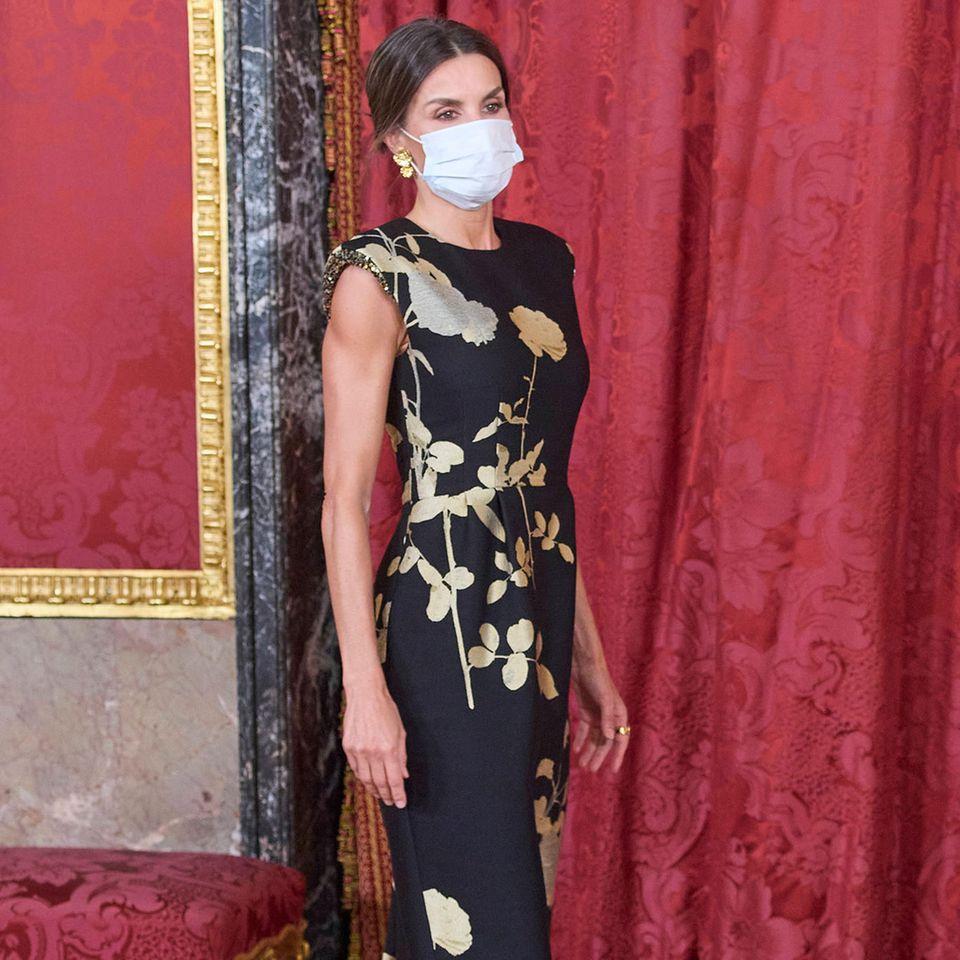Huch, diesen Look kennen wir doch? Nein, dieses Foto ist keine Archivaufnahme aus 2019. Es zeigt Königin Letizia bei der abendlichen Veranstaltung zum Staatsbesuch aus Korea in Madrid. Hierbei präsentiert sich die spanische Königin in einer Outfitkombi, in der sie bereits drei Jahre zuvor begeisterte ...