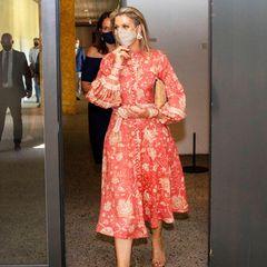 Königin Máxima besucht die Stiftung Villa Pinedo in Maarssen in einem Leinenkleid mit Paisleymuster – und zieht damit alle Blicke auf sich. Das 715 Euro teure Kleid stammt von dem australischem Label Zimmermann und besticht durch sein farbenfrohes Muster, die durchgehende Knopfleiste und auffälligen Ballonärmel. Eine Investition, die sich für das niederländische Oberhaupt bereits rentiert hat– denn es ist nicht das erste Mal, dass Máxima das Designerstück zur Schau stellt.
