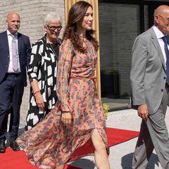 Insgesamt trägt Prinzessin Mary das Kleid nun zum dritten Mal, zum zweiten Mal in Kombination ihrer Gianvito-Rossi-Pumps – kein Wunder, sie sieht einfach umwerfend aus, auch wenn der hohe Beinschlitz ihr fast zum Verhängnis geworden wäre. Eine Sache darf natürlich auch bei diesem Termin nicht fehlen: DasLove Bracelet von Cartier für ca. 6.500 Euro, auch Herzogin Meghan ist Fan des Luxus-Armbands.