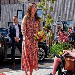 Die royale Garderobe hat es preislich oft in sich. Kleider von der Stange waren früher eher eine Seltenheit, gewinnen aber immer mehr an Beliebtheit – so auch bei Prinzessin Mary. Sie trägt beider Einweihung des Kinder- und Jugendhospizes Strandbakkehuset in Rønde ein Blümchenkleid aus einer altenConscious-Kollektion von H&M. Dasgemusterte Midi-Dress für rund 179 Euro istaus Bio-Seide gefertigt und gehört zu Marys Fashion-Lieblingen.