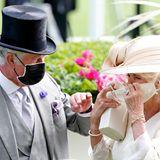 Obwohl das Event im Freien stattfindet, tragen die Royals vielerorts vorbildlich Maske. Dass das nicht immer so einfach ist, weiß auch Herzogin Camilla, die ihren Mund-Nasen-Schutz stets stilbewusstauf ihr Outfit abstimmt. Zum Glück hat sie einen Prinzen zur Seite, der ihr charmant bei der Entwirrung hilft.