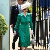 Queen-Tochter Prinzessin Anne macht hinter ihrer verspiegelten Sonnenbrille hingegen ein Pokerface und marschiert royalen Schrittes auf ihren Platz an der Pferderennbahn zu.