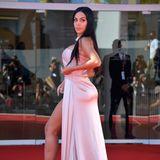 Heiße Kurven, leidenschaftliche Liebe: Georgina Rodriguez ist die langjährige Freundin von Portugals Mega-Star Cristiano Ronaldo. Eine eigene Bikini- und Taschenkollektion sowie lukrative Werbeverträge machen das Model zu einer Topverdienerin unter den Spielerfrauen.