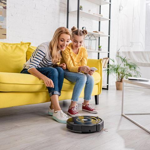 Der Top-Seller unter den Saugrobotern, Mutter und Tochter testen einen Saugroboter