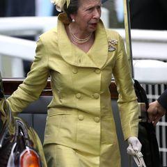 Dendritten Tag beim Pferderennen von Ascot lässt sich Prinzessin nicht entgehen. Mit ihrem grün-gelben Kostüm, dem Perlenschmuck sowie dem weißen Hut mit Federdetail macht sie am sogenannten Ladies Day alles richtig.
