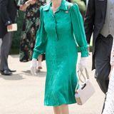 Das royalblaue Kostüm taucht Prinzessin Anne am zweiten Tag in Ascotgegen ein jadegrünes Hemdblusenkleid. Weiße Accessoires sowie die obligatorische Sport-Sonnenbrille runden das Outfit ab.