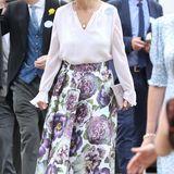 Auch Sophie von Wessex ist wieder mit von der Partie und wählt einen floralen Look, bestehend aus einem Midirock von Suzannah London und einer weich fallenden Bluse von A Ross Girl x Soler. .