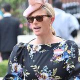 Tag dreiin Ascot ist traditionell der Ladies Day, weshalb Zara Tindall auch ohne ihren Ehemann das Pferderennen besucht. Passend zum tollen Wetter trägt sie ein florales Kleid von Erdem und kombiniert dazu rosafarbene Accessoires.