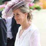 Besonders schön dazu: Der große Hut mit Federn in Altrosa von Jane Taylor.