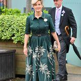 Auch Gräfin Sophie von Wessexsetzt auf Blumen, in aufgestickterForm auf ihrem Kleid von Suzannah London. Schönes Detail: Der Gürtel mit Schmuckschnalle, der die schmale Taille von Sophiebetont.