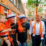 17. Juni 2021  In einorangefarbenesMeer aus Flaggen, Schals und Hüten taucht König Willem-Alexander kurz vor dem Beginn des Fußball-EM-SpielsNiederlande gegen Österreich ein. Auf dem Marktplatz in Den Haag bewundert er die aufwendig dekorierte Fanmeile und trägt selbst einen Fan-Schal um den Hals.