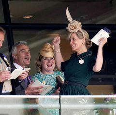"""17. Juni 2021  Für Gräfin Sophie von Wessexgeht der dritte Tag beim """"Royal Ascot"""" gut los. Die Ehefrau von Prinz Edward bricht ins Jubeln aus,als ihrfavorisiertesPferd schnurstracks ins Ziel galoppiert."""