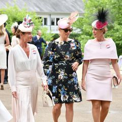 """Tag drei in Ascot ist traditionell der """"Ladies' Day"""". Der Begriff wurde Anfang des 19. Jahrhunderts geprägt, als den Damen an diesem Tagfreier Eintritt zum Pferderennen ermöglicht wurde. Heute sind die Besucherinnen mit ihren ausgefallenen Hütenan jedem Tag die heimlichen Stars der Show. Auch Zara Tindall, die inBegleitung ihrer Freundinnen erscheint, ist ein echter Hingucker."""