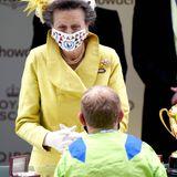 """Ihre Mutter, Prinzessin Anne, überreicht schließlich Jockey Joe Fanning den """"Gold Cup"""", der am dritten Tag in Ascot das Rennen macht."""