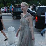 Anya Taylor-Joy schwebt in ihrem leicht durchsichtigen Dress von Dior zur Show. Der zarte Grün-Grau-Ton passt perfekt zu ihrem elfenhaften Look.