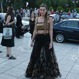 Bianca Brandolini, italienisches Model und Schauspielerin, kommt für die Show von Dior an. Sie trägt einen ausgestellten Rock mit Stickereien und ein Crop Top.