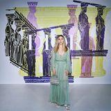Auch Schauspielerin Suki Waterhouse hat sich auf den Weg nach Athen gemacht und schaut sich die Cruise Show von Dior an. Sie trägt ein mintfarbenes bodenlanges Kleid, das leicht durchsichtig ist – perfekt für einen lauen Sommerabend!