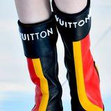 Wäre die Farbreihenfolge eine andere, könnten diese Stiefel von Louis Vuitton glatt als Fan-Outfit der Deutschen für die EM durchgehen.