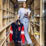 """Auf den sozialen Medien zeigt sich Gräfin Eloise, die Nichte von König Willem-Alexander, bodenständig und nahbar. Kein Wunder, dass sie dort regelmäßigvon ihren Fans ganz unterschiedliche Fragen über ihr Leben gestellt bekommt, die sie jetzt in ihremBuch """"Learning by doing"""" beantwortet hat.Auch in Sachen Fashion können wir einiges von der 18-Jährigen lernen: In einer hellblauen Kombi aus Chino-Hose und Bluse strahlt Eloise aus dem mobilen Buch-Truck. Das Highlight ihres Looks sind eindeutig die Cowboy-Boots mit Zebra-Print."""