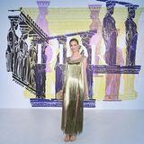 Von der Prinzessin zur Göttin: Beatrice Borromeo trägt ein goldenes Fransenkleid, Sandalen und eine elegante Hochsteckfrisur. Stilsicher und selbstbewusst posiert sie vor der Show für die Fotografen.