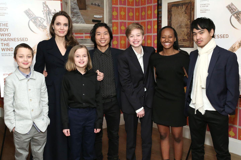 Angelina Jolie mit ihren Kindern Knox, Vivienne, Pax, Shiloh, Zahara und Maddox
