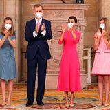 18. Juni 2021  Anlässlich des siebtenThronjubiläums von König Felipe haben sich die spanischen Royalsim Königspalast in Madrid eingefunden. Dort findet heute im festlichen Ambiente dieVerleihung des Zivilen Verdienstordens statt. Bei der Vergabe wird das Königspaar von seinenTöchtern begleitet, die der Zeremonie eine Extraportion royalen Glanz verleihen. Besonderes Highlight: Für den gemeinsamen Auftritt hat sich die vierköpfige Familie auch farblich aufeinander abgestimmt. Während sich Prinzessin Sofia und Mama Letizia für pinkfarbeneKleider entschieden haben, setzten Kronprinzessin Leonor und ihr Vater auf Blau. Mit seiner rosafarbenen Krawatte stellt der Monarch jedoch geschickt eine hübsche Verbindung her.