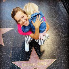 Beim Besuch in Hollywood lässt es sich Luisana Lopilato, hier mit Töchterchen Vida im Arm, nicht entgehen, ein Urlaubsschnappschuss mit ihrem Lieblingsstern zu machen: Der von Ehemann Michael Bublé versteht sich!