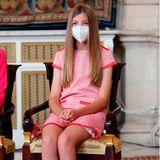 In Sachen Schuhdesignerin teilt Leonor die Vorliebe für Carolina Herrera mit ihrer Schwester, Prinzessin Sofia. Auch sie wählt für die Verleihungen ein beigefarbenes Modell, allerdings keine Pumps, sondern ein Paar Ballerinas mit Strassdetail. Zum rosafarbenen Tweedkleid genau die richtige Wahl.