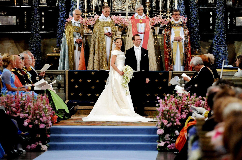 19.Juni 2010  Wie schön strahlt Prinzessin Victoria, als sie ihrem Daniel am Altar in der Stockholmer Nikolaikirche das Ja-Wort gibt. Und dieser Hochzeitstag ist auch einbesonderer, denn Victorias Eltern Königin Silvia und König Carl Gustaf haben ebenfalls am 19. Juni geheiratet, allerdings 1976.