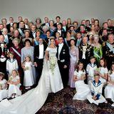 Hochkarätiger konnte es kaum noch werden: Das Gruppenfoto zeigt nicht nur die Familie des glücklichen Brautpaars, sondern auch die vielen hochadeligen Hochzeitsgäste: Die dänische Königsfamilie mit Margrethe, Henrik, Frederik und Mary, die Niederländer, die Spanier, die norwegische Königsfamilie natürlich, die Belgier, Luxemburger,Monegassen-Fürst Albert und sogar das jordanische Königspaarsind unter den Gästen.