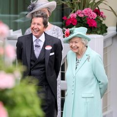 19. Juni 2021  Zusammen mit ihremPferde- und Rennzuchtberater John Warren besucht Queen Elizabeth die Rennstrecke in Ascot in ganz ausgelassener Stimmung, obgleich schon befürchtet wurde, sie könnte vielleicht in diesem Jahr überhaupt nicht zu ihrem Lieblingsevent kommen.