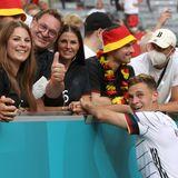 Familie ist alles! Joshua Kimmich feiert mit seiner nach dem Spiel in München die tolle Leistung seiner Mannschaft.