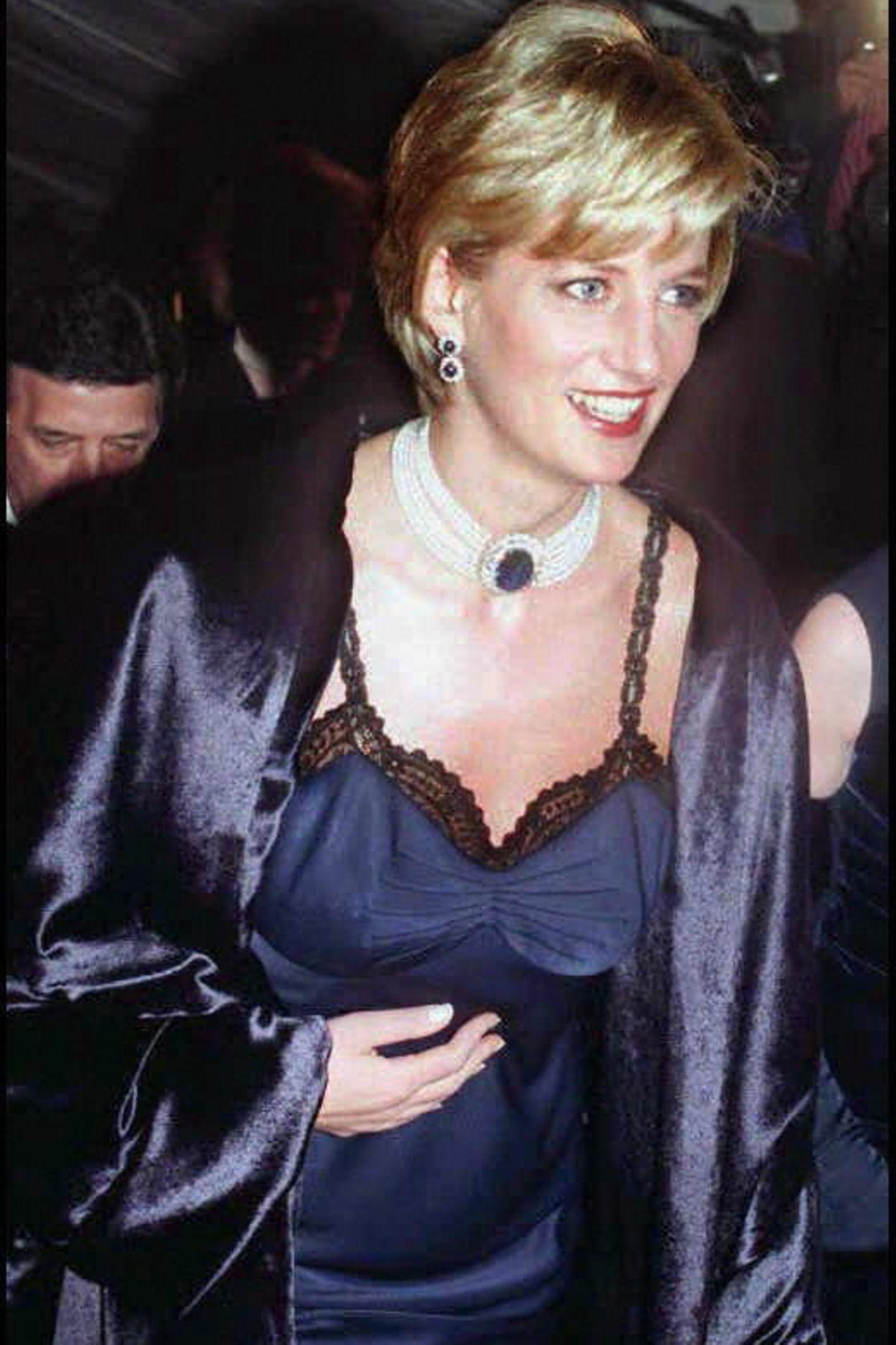 Diese Ohrringe gehörten wohl zu ihren liebsten, zumindest griff Prinzessin Diana immer wieder zu den kostbaren Schmuckstücken.Sie sind Teil einesSets aus Saphir- und Diamantschmuck und warenein Hochzeitsgeschenk der saudischen Königsfamilie, die die Schmuckstücke als Ergänzung zu Dianas Verlobungsring entwarfen.