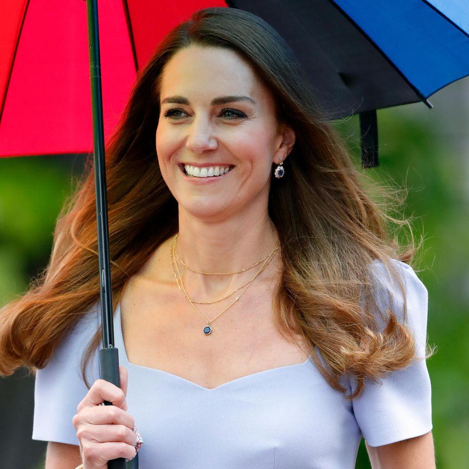 Den berühmten Verlobungsring von Diana steckte dessen Sohn Prinz William seiner Kate an den Finger und auch die Ohrringe seiner Mutter vermachte er seiner Frau. Kateließ die Schmuckstücke später aber ein wenig umarbeiten und machte aus dem doppelten Saphir einen einfachen.