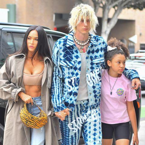 Meghan Fox und ihr Freund Machine Gun Kelly haben sich für ein Abendessen in Santa Barbara richtig rausgeputzt: Er im Jeans-Anzug mit Batikprint und Zottelfrise, sie in Jeans und Bustiertop. Ebenfalls mit dabei. Kellys Tochter aus einer früheren Beziehung.