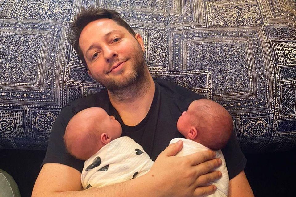 20. Juni 2021  Derek Blasbergs erster Vatertag ist natürlich der beste! Der Autor und Society-Liebling undseinPartner Nick Brown sind erst am 18. Mai Eltern der süßen Zwillinge Grace und Noah geworden. Wir gratulieren und erfreuen uns an diesem süßen Papa-Zwillingsporträt mit vierbeinigem Liebling.